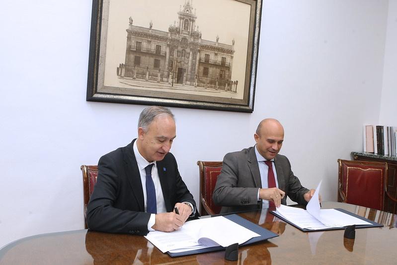 El rector de la UVa y el presidente delClúster de Hábitat Eficiente (AEICE) firman el convenio en el despacho del rector, en el Palacio de Santa Cruz